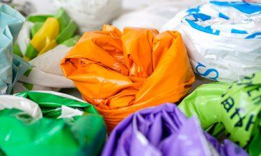 food packaging carrier bags 375x225 - نحوه انتخاب بسته بندی مناسب مواد غذایی
